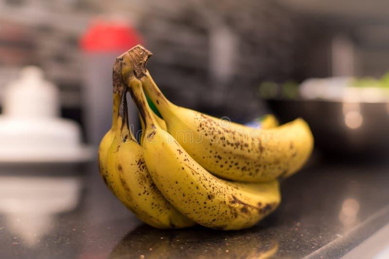 束在桌上的香蕉 免版税图库摄影