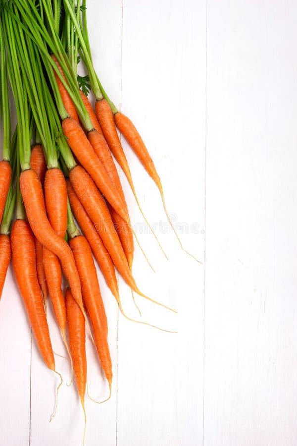 束在白色背景的未加工的红萝卜 免版税库存照片