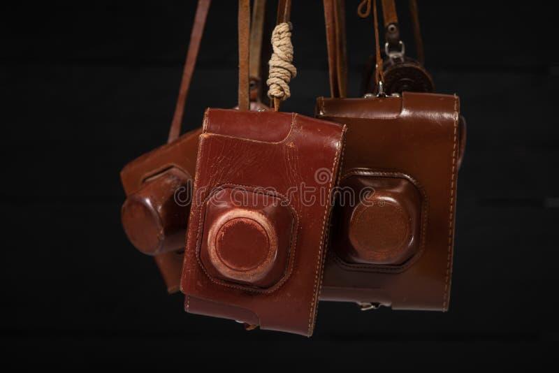 束在皮革盖子的葡萄酒照相机 收集古董,拍卖 免版税图库摄影
