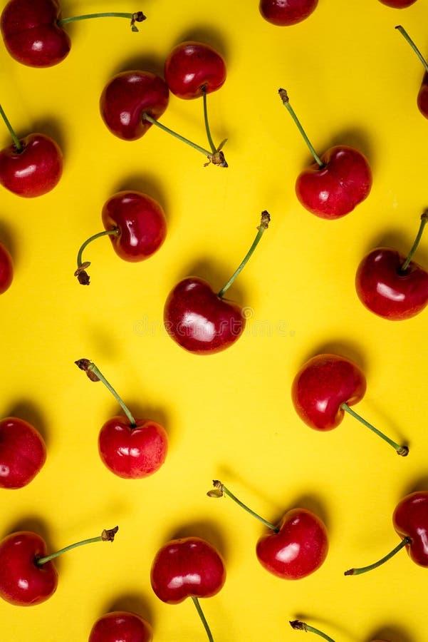 束在黄色的新鲜的樱桃 免版税库存照片