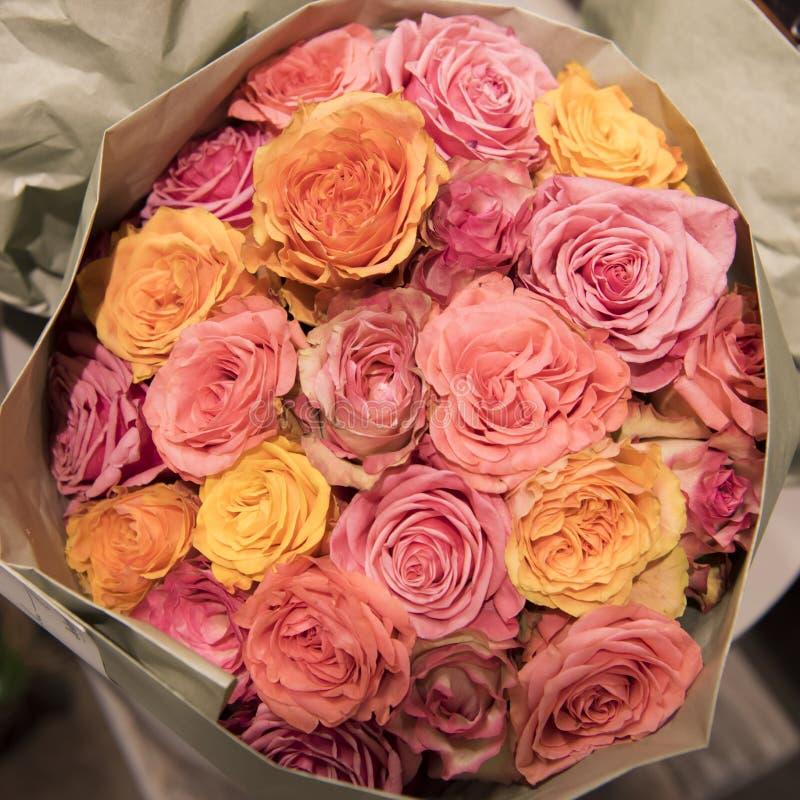 束多彩多姿的玫瑰 免版税库存图片