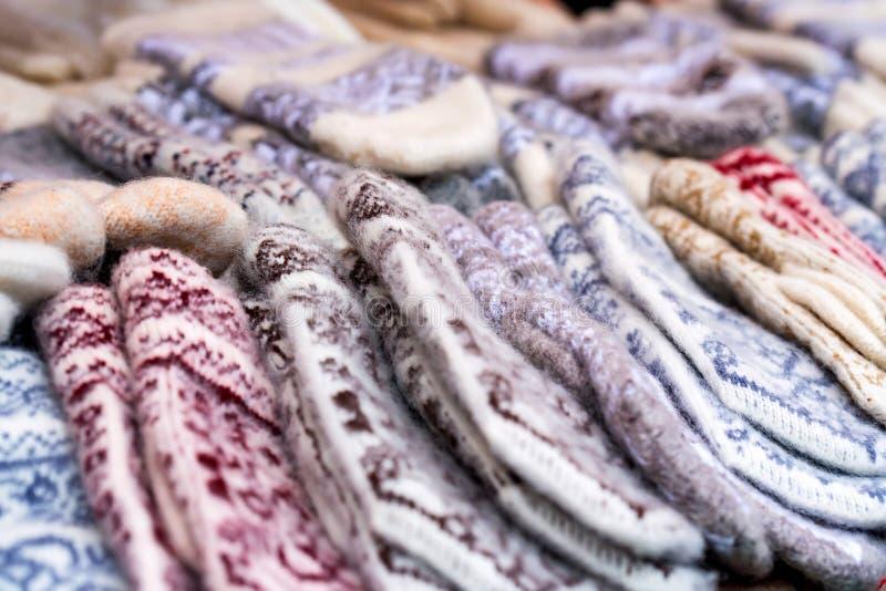 束手工制造五颜六色的羊毛手套 免版税库存图片
