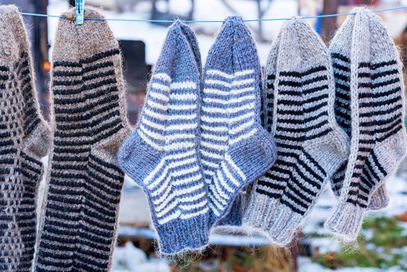 束手工制造五颜六色的羊毛袜子 库存图片