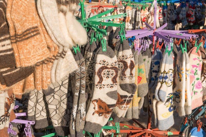 束手工制造五颜六色的羊毛袜子 库存照片