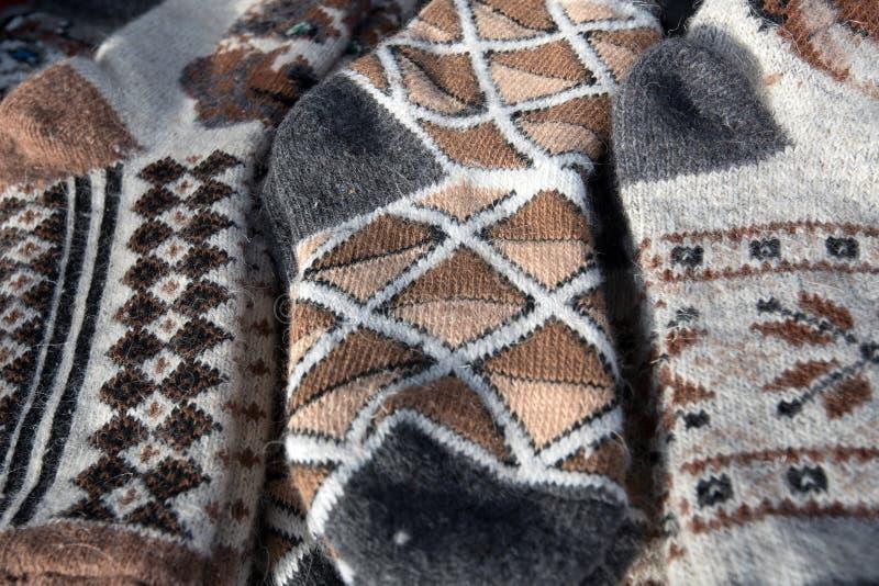 束手工制造五颜六色的羊毛袜子 免版税库存图片