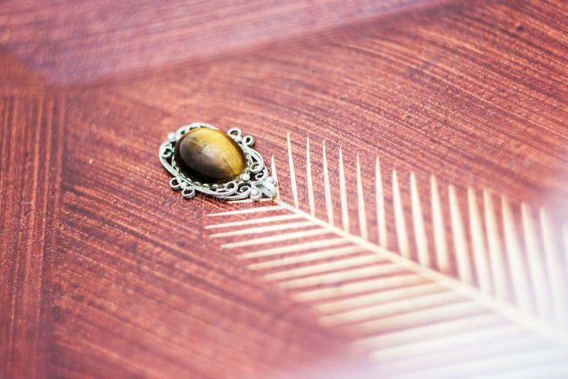 束木被雕刻的装饰葡萄的葡萄酒 免版税图库摄影