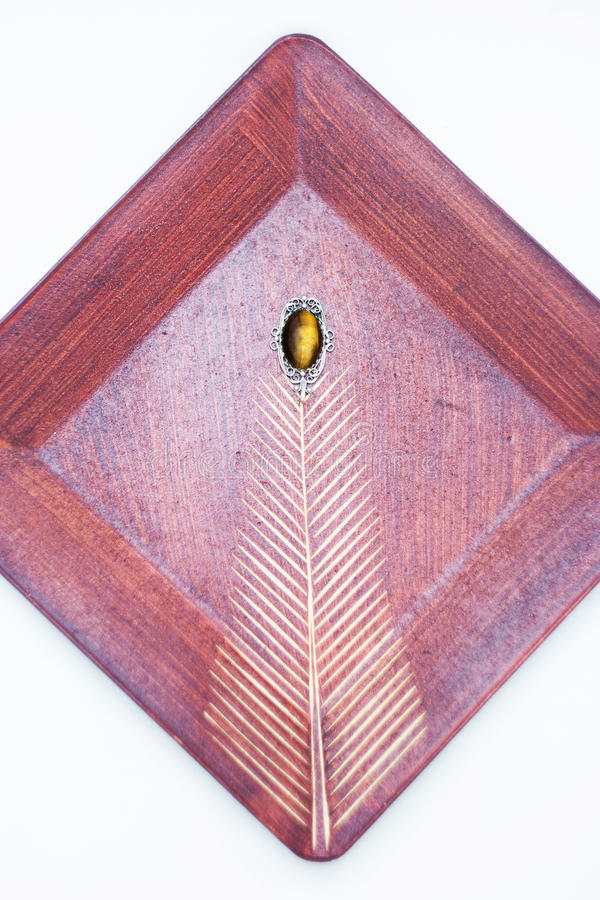 束木被雕刻的装饰葡萄的葡萄酒 免版税库存图片