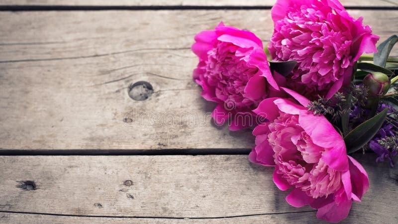 Download 束桃红色牡丹在年迈的木背景开花 库存照片. 图片 包括有 庆祝, 开花, 母亲, 牡丹, 新鲜, 花卉, 自然 - 72356808