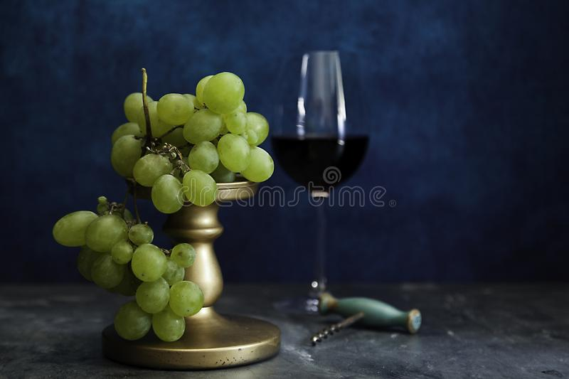束白葡萄和老拔塞螺旋 免版税库存照片