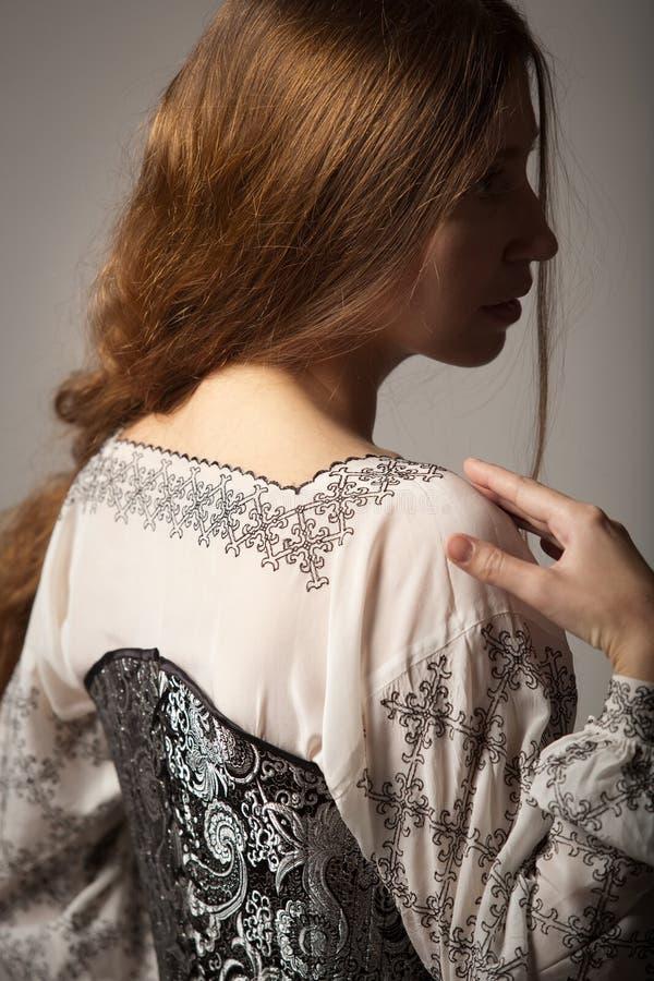 束腰中世纪衬衣siluette妇女 免版税库存图片
