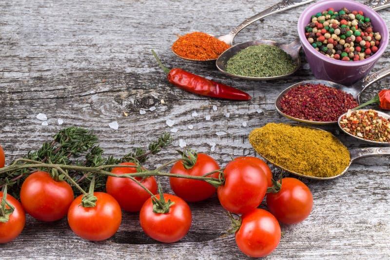 束西红柿、草本、小碗和滑稽的金属spoo 免版税库存照片