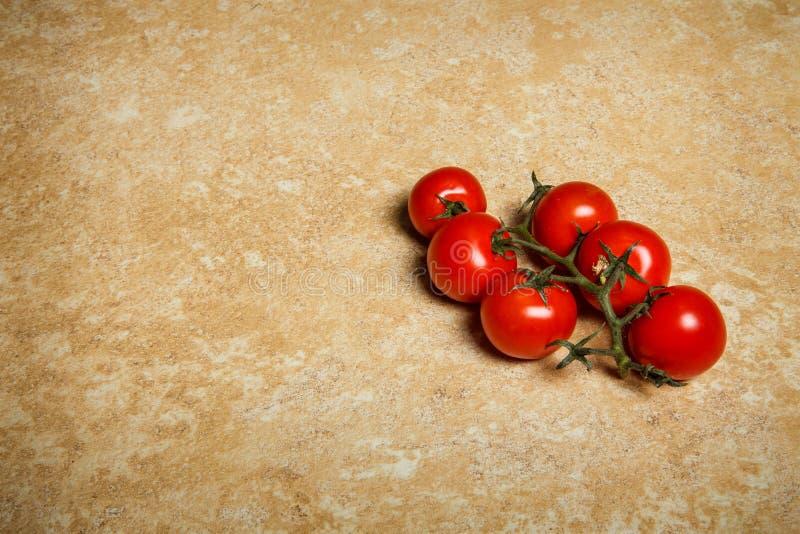 束顶视图说谎在桌上的西红柿 库存照片
