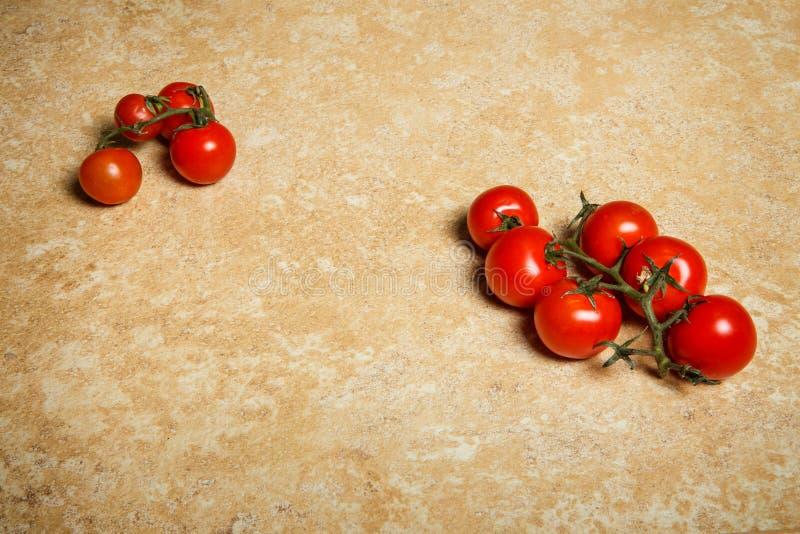 束顶视图说谎在桌上的西红柿 免版税图库摄影