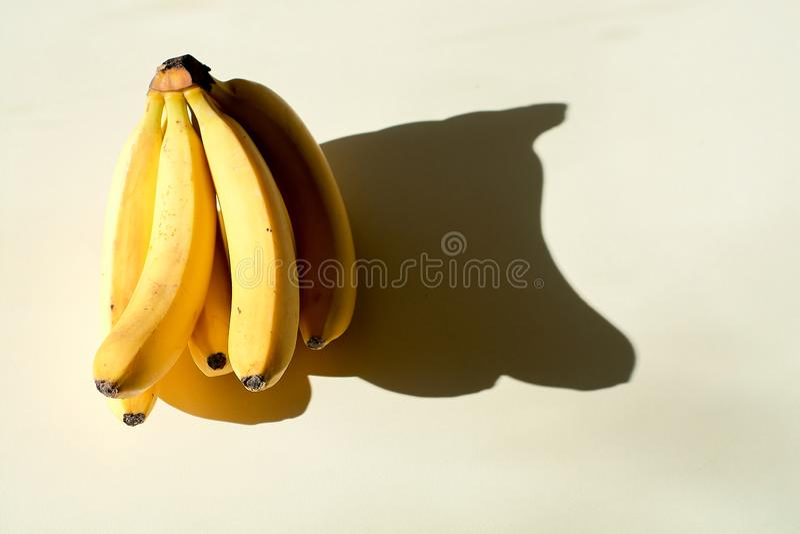 束香蕉 成熟束香蕉 在轻的背景的偏僻的果子 库存照片