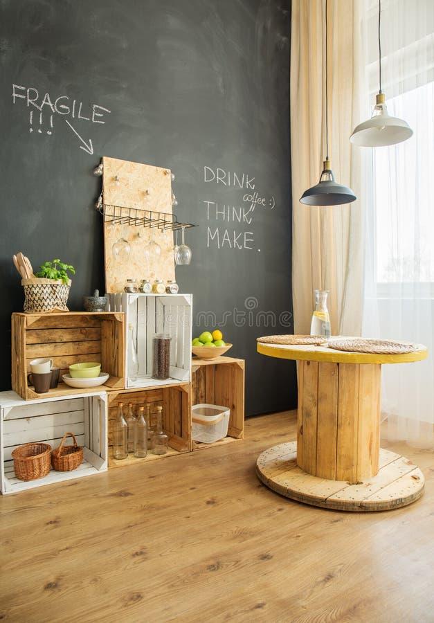 从条板箱和缆绳凳子的DIY家具 库存照片