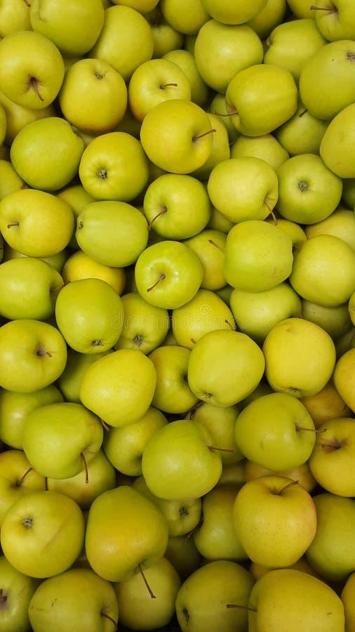 条板箱许多苹果背景 水果市场商店 库存照片