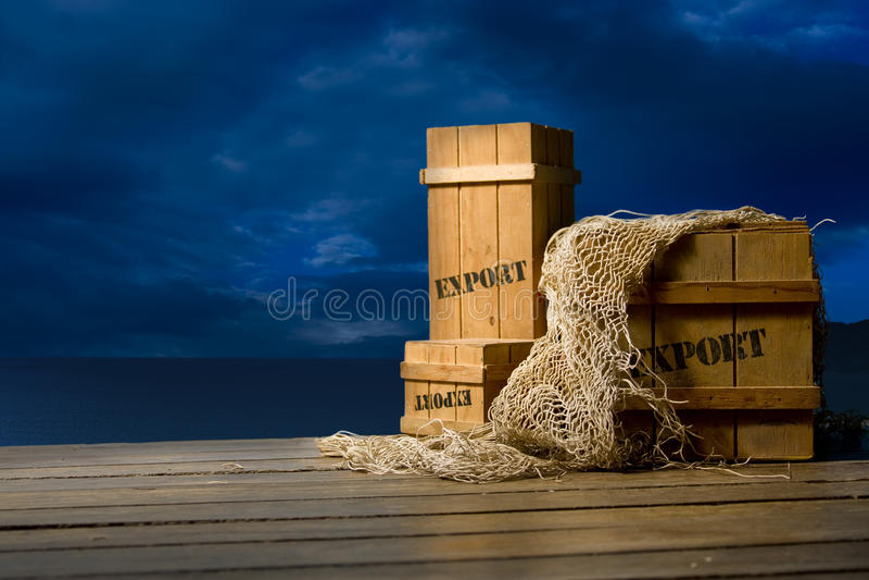 条板箱靠码头导出被包装的木 免版税库存照片