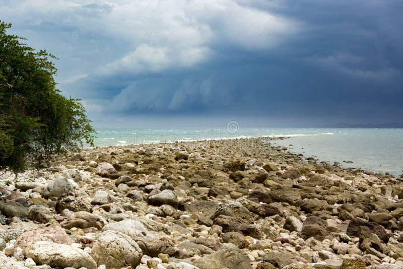 来到海岛的雨云和风暴 图库摄影
