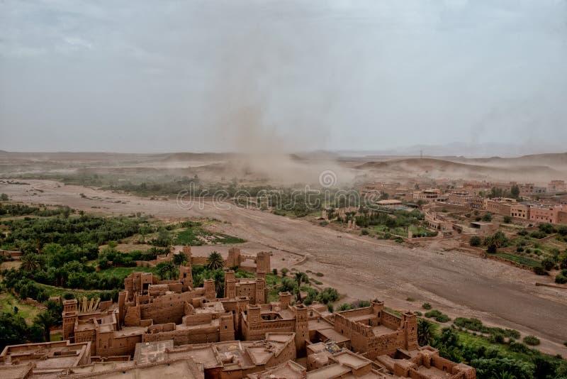 来到Ait Benhaddou Maroc的沙尘暴 图库摄影