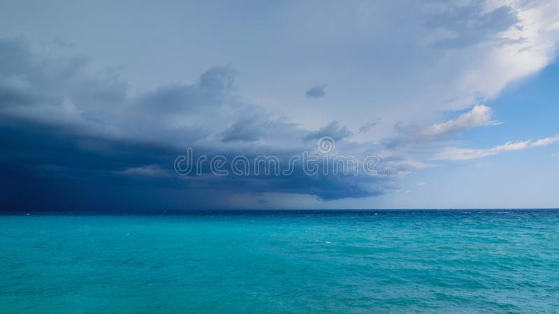 来在海的风暴到在右边的左乌云更多天空蔚蓝,法国海滨 免版税图库摄影
