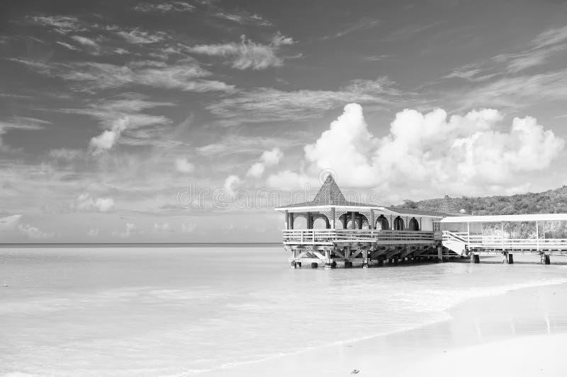 来并且停留 海绿松石安静和平房大阳台在水 假期海沙海滩舒适热带房子平房st 图库摄影