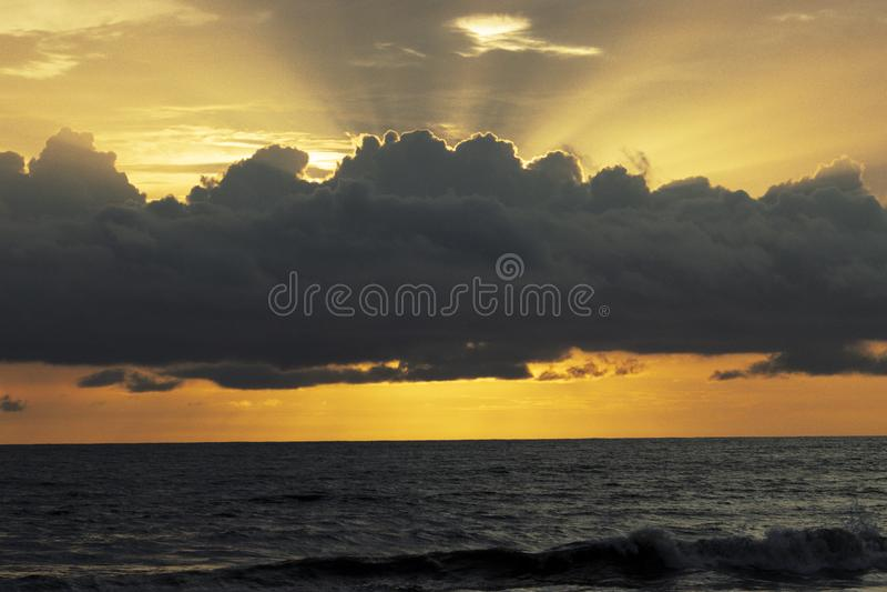 来自在海上的天空的太阳光芒 免版税图库摄影