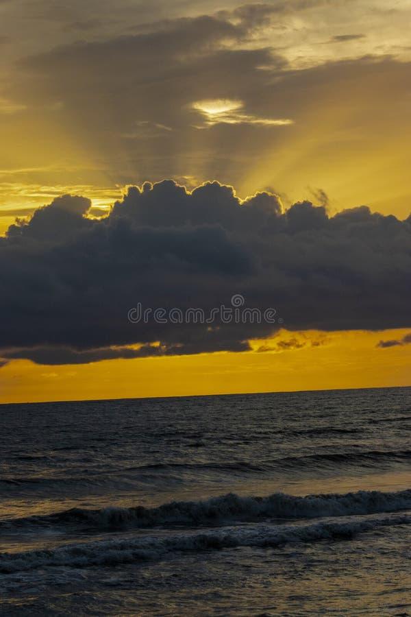 来自在海上的天空的太阳光芒 库存照片
