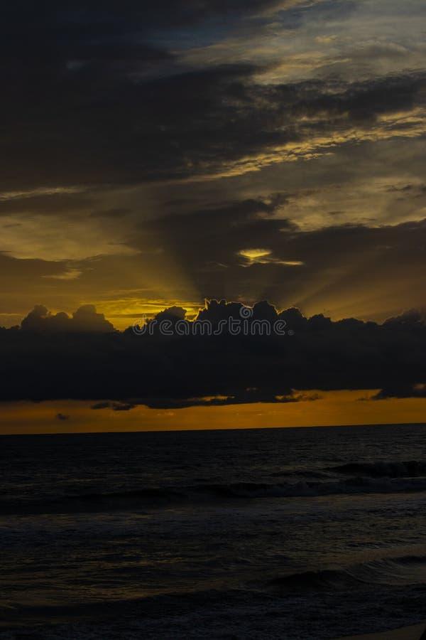 来自在海上的天空的太阳光芒 免版税库存图片
