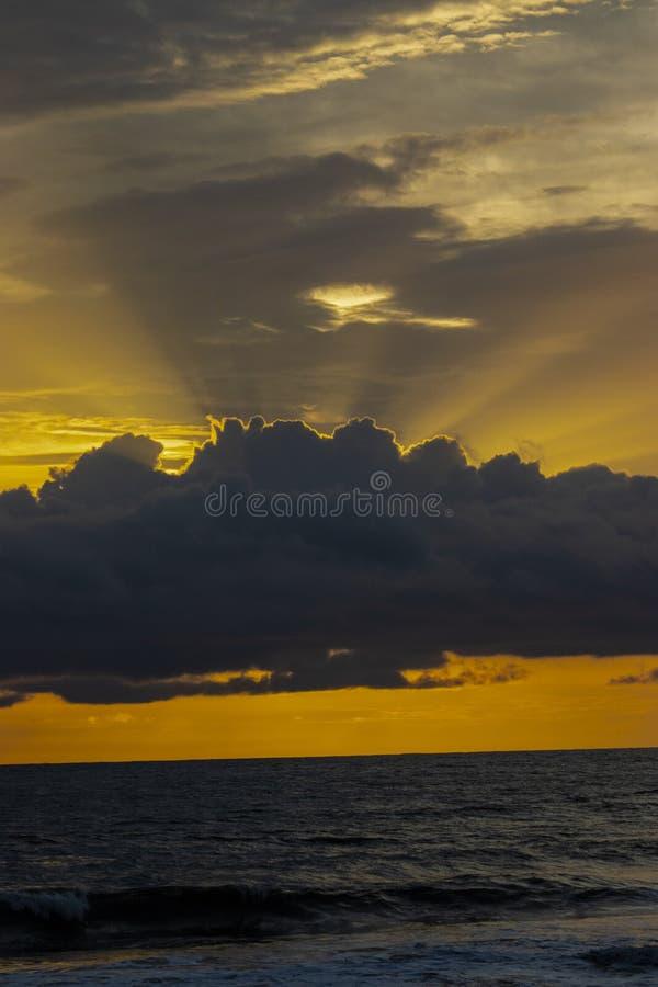 来自在海上的天空的太阳光芒 免版税库存照片