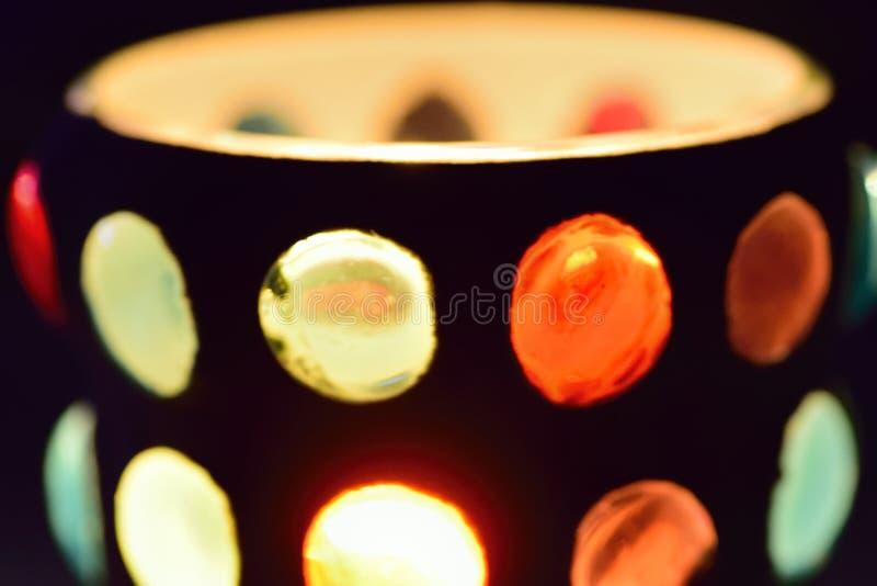 来自玻璃蜡烛台的抽象五颜六色的光反射 免版税库存图片