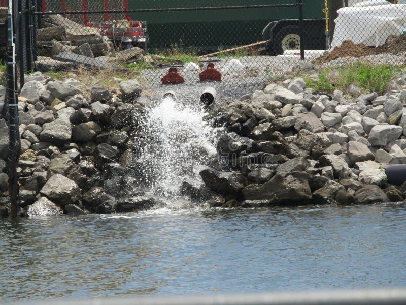 来自管子的水在海湾附近 免版税库存照片