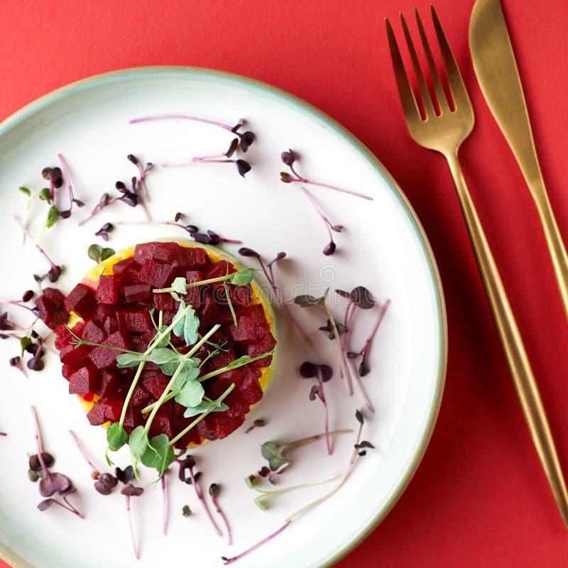 来自鳄梨、芒果和甜菜的鲜鞑靼三色,选择性对焦 库存图片