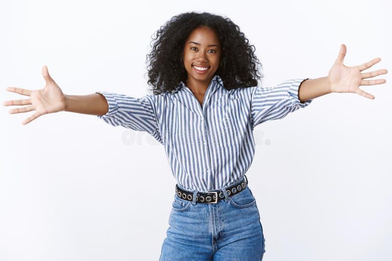 来让我拥抱您 画象友好可爱的女性非裔美国人的朋友给热烈欢迎要拥抱 库存图片