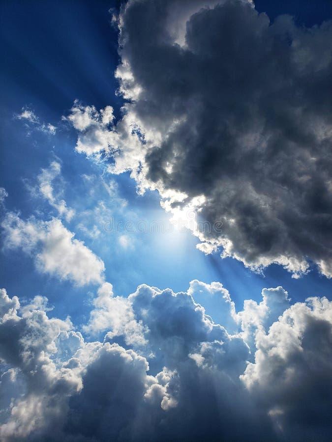 来通过云彩的阳光 免版税库存图片