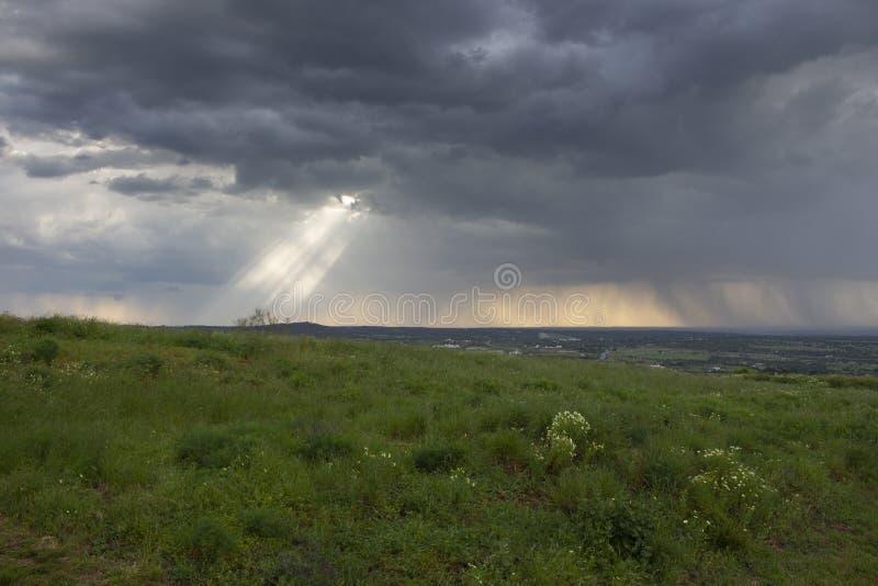 来通过云彩的阳光 免版税库存照片