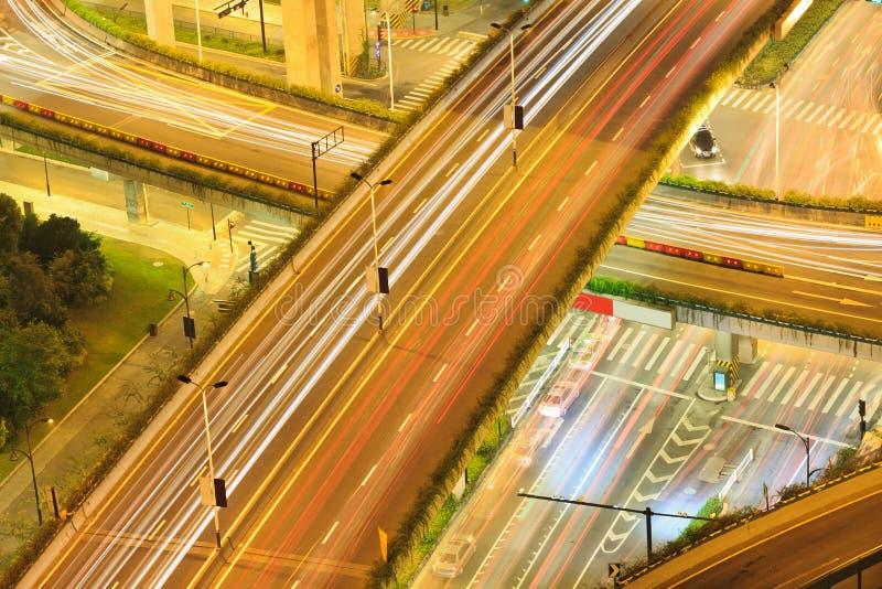 杭州五颜六色的市桥梁在晚上 免版税库存照片