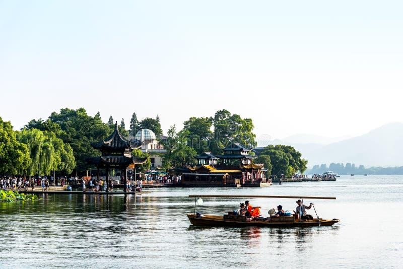 杭州,中国2018年5月17日:Xihu湖西湖美丽的景色在与小船和山的冬天在杭州中国 库存照片