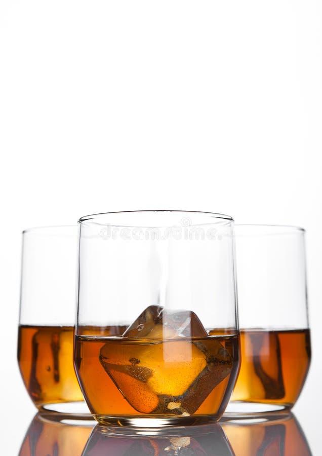杯与冰块和反射的威士忌酒 库存照片
