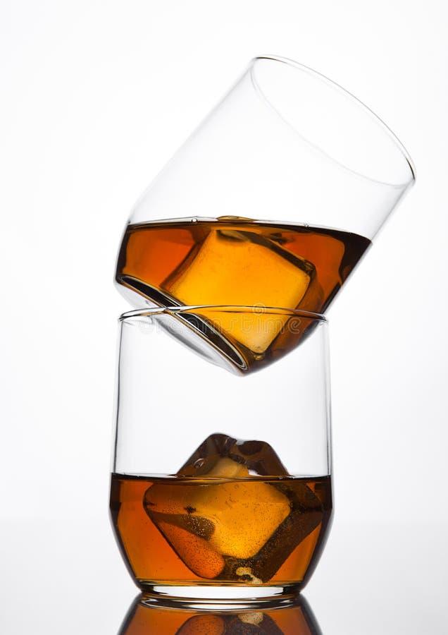 杯与冰块和反射的威士忌酒 免版税库存照片