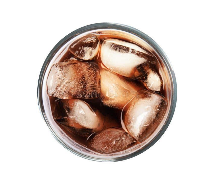 杯与冰块的刷新的可乐在白色,顶视图 免版税库存照片