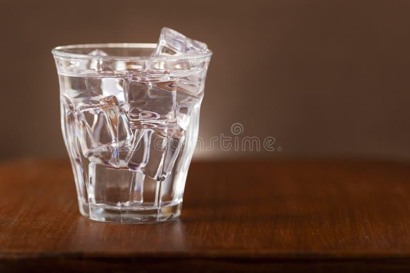 杯与冰块的淡水 免版税库存图片