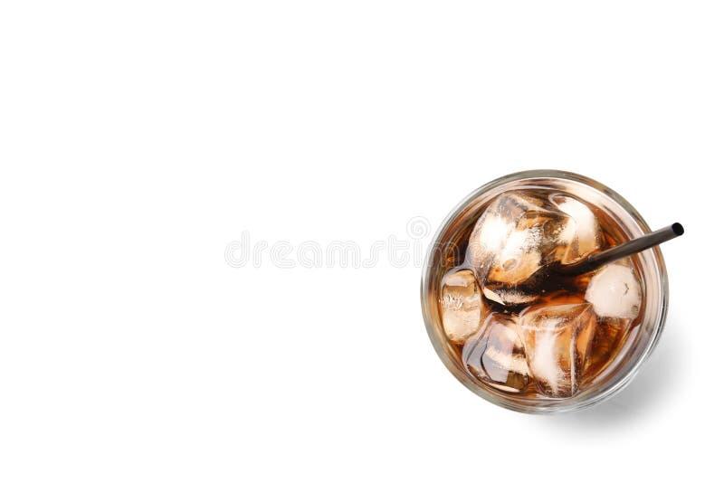 杯与冰的刷新的可乐在白色背景,顶视图 免版税库存照片