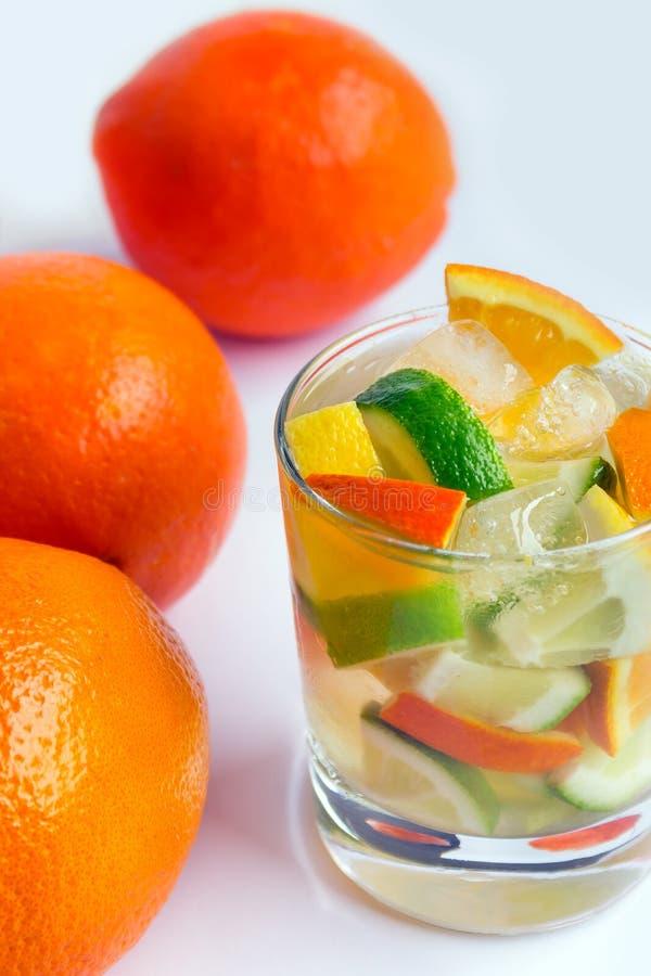 杯与切片的苏打饮料柠檬、桔子和石灰在a 图库摄影