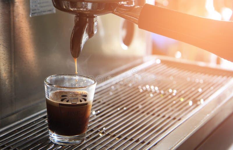 杯与咖啡机器的浓咖啡 酿造咖啡 免版税库存图片