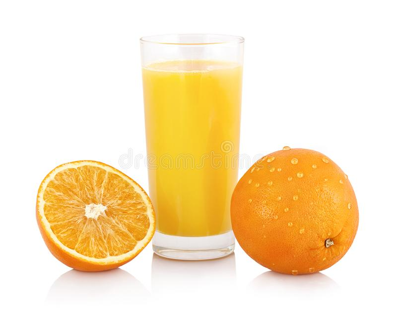 杯与在与阴影反射和裁减路线的白色背景隔绝的新发光的橙色切片的橙汁过去 免版税库存图片