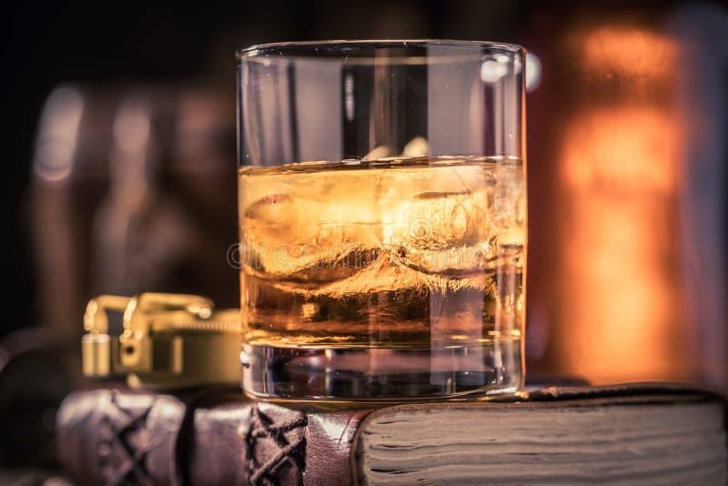 杯与学报,双眼和指南针的威士忌酒 库存照片