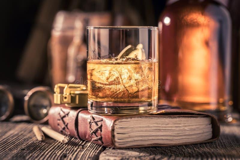 杯与学报,指南针和双眼的威士忌酒 图库摄影