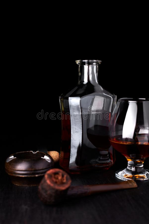 杯与抽烟的雪茄的威士忌酒 库存图片