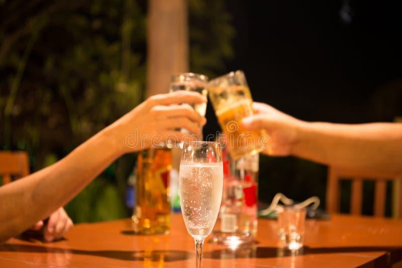杯与拿着玻璃的人的香槟做多士fo 免版税图库摄影