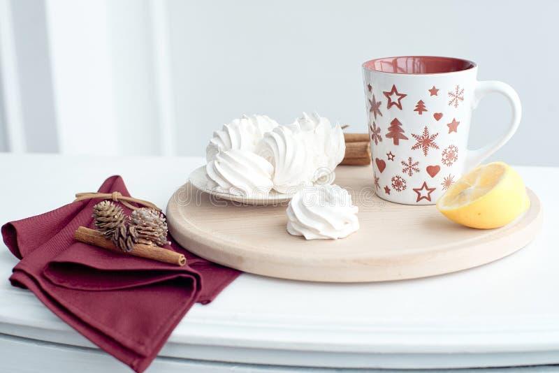 杯与新柠檬健康饮料的热的茶对待自创蛋白软糖 库存图片